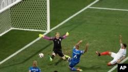 L'Islandais Ragnar Sigurdsson marquant un but pendant le match Islande-Angleterre, Nice, France, le 27 juin 2016. (AP Photo/Ariel Schalit)