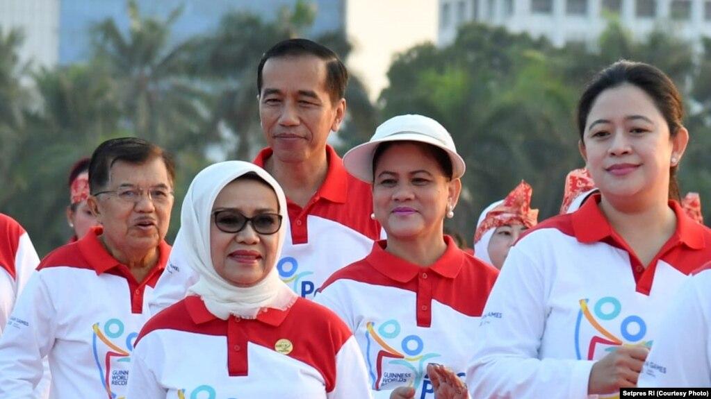 Presiden Jokowi bersama Ibu Negara Iriana, didampingi Wakil Presiden Jusuf Kalla menari poco-poco, Minggu, 5 Agustus 2018. (Foto: dok)
