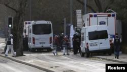 Các chuyên gia pháp y đến gần địa điểm của vụ nổ đêm qua tại Ankara, Thổ Nhĩ Kỳ, ngày 18 tháng 2 năm 2016.