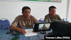Haruna (kiri), Ketua Tim Satuan Tugas memberikan keterangan pers bersama pakar buaya dari Australia untuk menangkap buaya berkalung ban di Palu, Sulawesi Tengah. (Foto: VOA/Yoanes Litha)