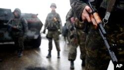 Binh sĩ Ukraine đứng gác tại con đường dẫn vào thành phố Slovyansk, miền đông Ukraine, 2/5/2014.