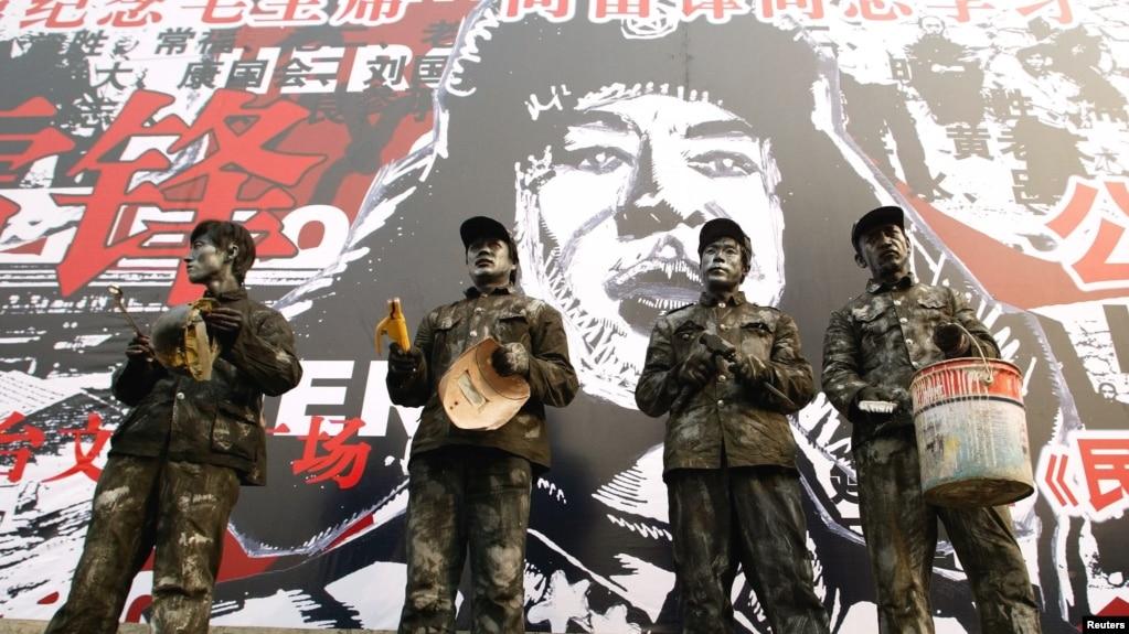 """中國演員身著工作人員服裝在""""人民英雄""""雷鋒畫像前演出"""