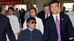 5月1號美國駐華大使駱家輝與陳光誠在北京一家醫院