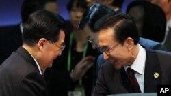 Presiden Korea Selatan Lee Myung-bak (kanan) berjabat tangan dengan Presiden Tiongkok Hu Jintao dalam pertemuan puncak Nuklir di Seoul, Korea Selatan (Foto: dok).