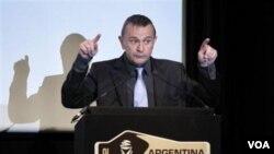Direktur Rally Dakar, Etienne Lavigne, menyampaikan pidato dalam presentasi Rally Dakar 2012 di Paris bulan Maret.