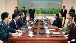 Suasana pertemuan delegasi Korea Utara dan Korea Selatan terkait rencana reuni keluarga di desa perbatasan Panmunjom, Korea Selatan (14/2).