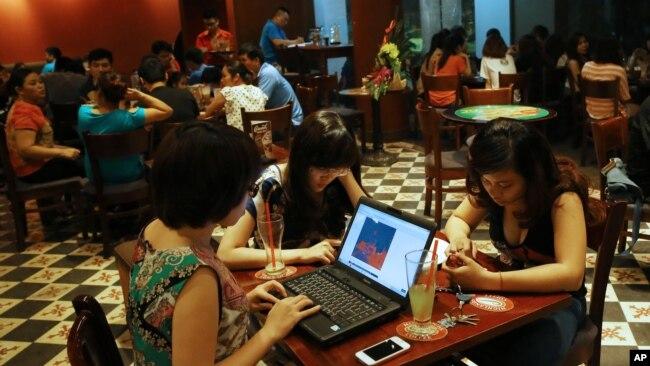 """Giới trẻ """"lướt mạng"""" trong một quán cà phê ở Hà Nội."""