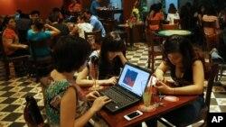 Người dân Việt Nam sử dụng internet ngày càng nhiều cho giải trí, làm việc và học tập.