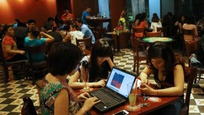 Tư liệu- Ba thiếu nữ Việt lên mạng tại một quán café ở Hà Nội, ngày 14/5/2013.