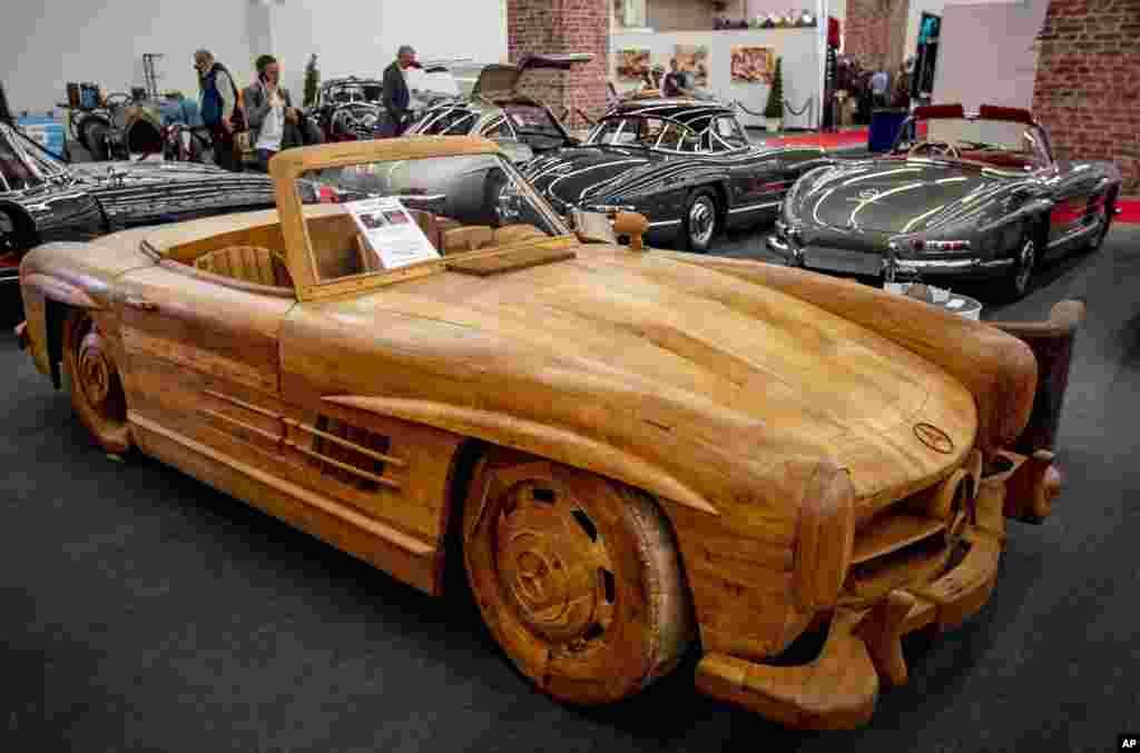 نمایشگاه مشهور ماشین در فرانکفورت تنها به ماشین های نو اختصاص ندارد بلکه این مدل از بنز ۳۰۰ اسال نیز با چوب ساخته شده و در آن نمایش داده شد. این مدلدر سالهای ۱۹۵۲ تا ۱۹۵۳ تولید میشد.