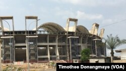 Le stade Omar bongo toujours en construction, à Libreville au Gabon, le janvier 2017. (VOA/Timothee Donangmaye)