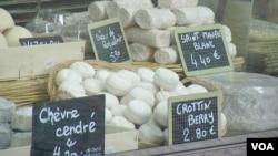 Cheeses at a market near Les Halles in Paris. (L. Bryant/VOA)