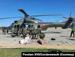 Satu peleton personil tambahan dikirim ke Kiwirok hari Sabtu (18/9) untuk memburu kelompok bersenjata pimpinan Lamek Taplo, yang diduga melakukan serangan terhadap nakes, Senin (13/9).(Foto: Courtesy/Pendam XVII/Cenderawasih)