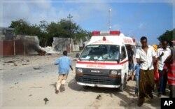 Une ambulance arrive sur les lieux de l'attentat, à Mogadiscio (18 octobre 2011)