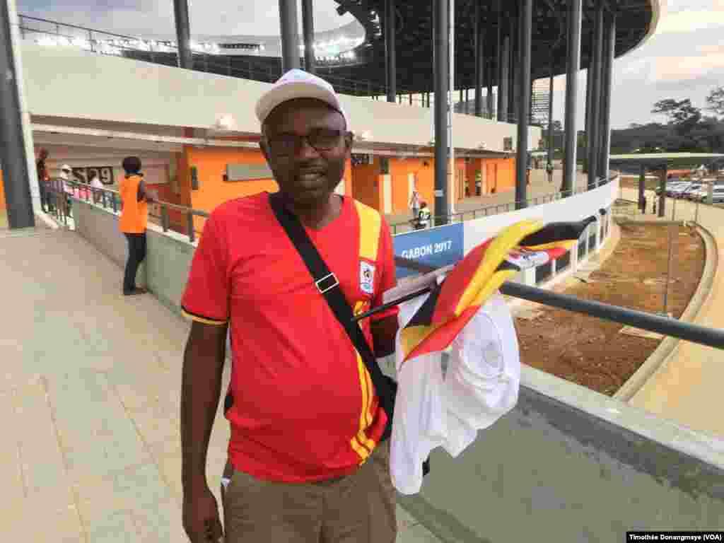 Un fan ougandais se rend au stade d'Oyem, au Gabon, le 25 janvier 2017. (VOA/Timothée Donangmaye)