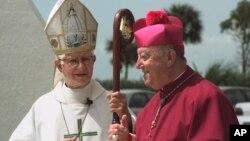 El entonces obispo auxiliar de Miami, Agustín Román, izquierda, y el arzobispo John Favalora conversan en el santuario de Nuestra Señora de la Caridad, en 1999.
