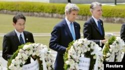 일본 히로시마에서 G7 외무장관 회의가 열린 가운데, 존 케리 국무장관(가운데)이 11일 2차 세계대전 희생자들을 추모하는 평화기념공원을 방문해 위령비에 헌화하고 있다. 왼쪽은 기시다 후미오 일본 외무상, 오른쪽은 필립 하몬드 영국 외무장관.