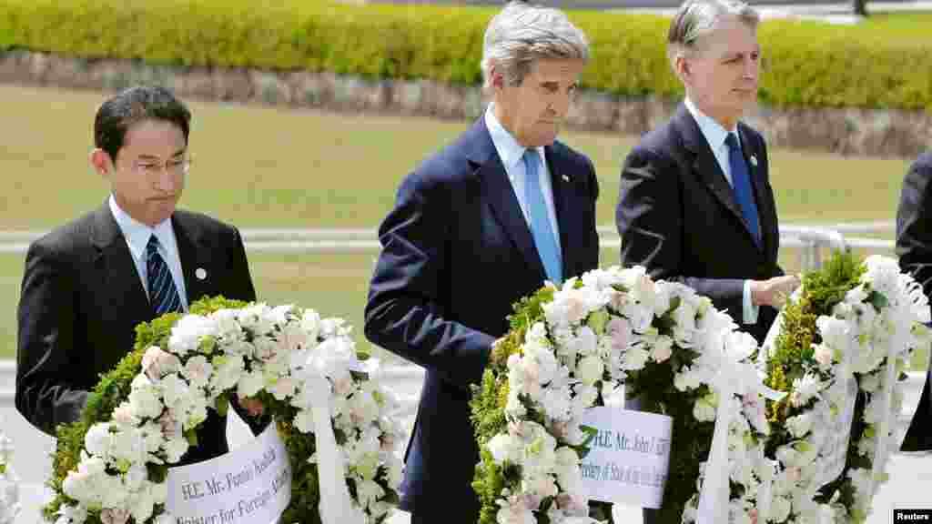 Le secrétaire d'État américain est arrivé au musée du Mémorial de la paix en compagnie de ses homologues, des autres membres du G7. Une visite hautement symbolique et historique aux victimes de la bombe atomique américaine qui a frappé Hiroshima en 1945, le 11 avril 2016.