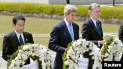 지난 11일 일본 히로시마를 방문한 존 케리 미 국무장관(가운데)이 2차 세계대전 희생자들을 추모하는 평화기념공원을 방문해 위령비에 헌화하고 있다. (자료사진)