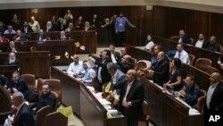 이스라엘 의회가 19일 이스라엘을 '유대민족 국가'로 규정한 법안을 통과시킨 가운데 아랍계 의원들이 회의 도중 반발하고 있다.