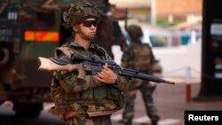 중앙아프리카공화국에 파견된 프랑스군이 총기를 들고 있다. 유엔은 최근 프랑스군과 아랍 연합국 추가 파병을 승인했다. (자료사진)