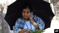 Seorang warga asing menggunakan ponsel di Thailand utara (foto: ilustrasi).