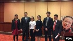 美國國會暨行政當局中國委員會主席魯比奧與中國維權人士家屬合照(美國之音/李逸華)