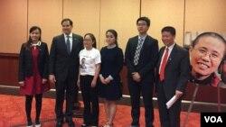 의회행정부중국위원회 CECC 위원장인 마르코 루비오 상원의원이 5일 보고서 발표 뒤 중국 반체제 인사 가족들과 함께 있는 모습