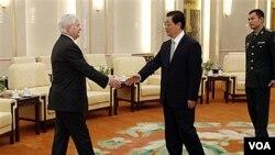 Menhan AS Robert Gates berjabat tangan dengan Presiden Tiongkok Hu Jintao dalam kunjungan di Beijing, 11 Januari 2011.