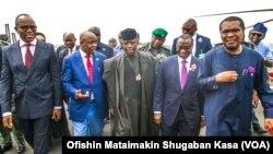 Mataimakin shugaban Najeriya, Farfesa Yemi Osibanjo (Tsakiya sanye babbar riga) yayin da suke rangadin wasu gidajen man fetir a Legas