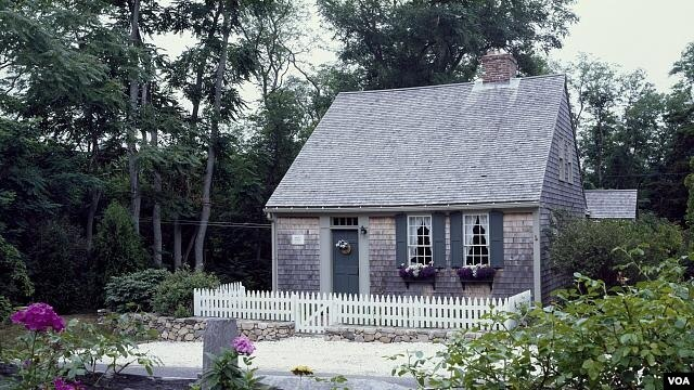 This is a perfect example of a pleasant little Cape Cod house that's actually on Cape Cod. (Carol M. Highsmith)
