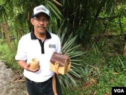 Sekjen Perhimpunan Pelaku Usaha Bambu Indonesia, Dudi Darma Bakti menunjukkan gelas bambu dan tas bambu sebagai salah satu produk ekonomi kreatif. (VOA/Rio T.)