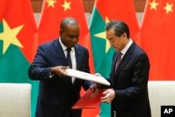 中國外長王毅和布基納法索外長巴里在北京參加簽字儀式,恢復兩國外交關係(2018年5月26日)