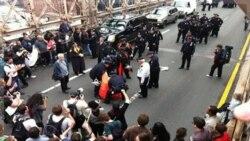 پلیس نیویورک برخی از معترضان را بازداشت کرد. ۱ اکتبر ۲۰۱۱