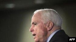 Thượng nghị sĩ McCain đã đến thăm miền Nam Afghanistan hôm thứ Hai, cùng với Thượng nghị sĩ Lindsey Graham, và Joseph Lieberman