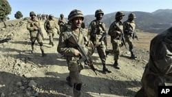 Pasukan keamanan Pakistan melakukan patroli di wilayah kesukuan dekat perbatasan Afghanistan (foto: dok). Bentrokan hari Selasa (14/8) menewaskan sedikitnya 30 orang.