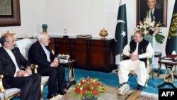 모하마드 자바드 자리프 이란 외무장관(가운데)이 3일 파키스탄수도 이슬라마바드를 방문해 나와즈 샤리프 파키스탄 총리(오른쪽)를 면담하고 있다.