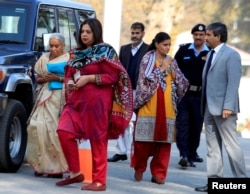 Former Indian navy officer Kulbhushan Sudhir Jadhav's mother Avanti (L) and wife, Chetankul, (3rd R) arrive to meet him at Ministry of Foreign Affairs in Islamabad, Pakistan, Dec. 25, 2017.