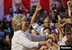 Bà Clinton ăn mừng cùng những người ủng hộ tại Brooklyn, New York, sau khi giành được thắng lợi trong các cuộc bầu cử sơ bộ tại South Dakota, New Mexico và New Jersey.