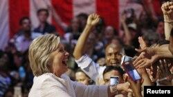 2016年6月7日,民主党总统参选人希拉里·克林顿在加州初选期间在夜间的大会上与她的支持者在一起。