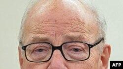 Cựu tổng giám đốc Cơ quan Nguyên tử năng Quốc tế, Hans Blix, hiện là chủ tịch Ủy ban về Vũ khí có sức tàn sát hàng loạt