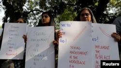 بھارتی صحافیوں نے کام کرنے کی جگہ پر جنسی حراس کے خلاف پلے کارڈز اٹھا رکھے ہیں۔ نئی دہلی، 13 اکتوبر 2018