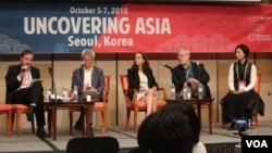 ក្រុមថ្នាក់ដឹកនាំនៃបណ្តុំស្ថាប័នដែលរៀបចំសិក្ខាសាលាអំពីព័ត៌មានស៊ើបអង្កេតអាស៊ីលើកទី៣ (The Third Asian Investigative Journalism Conference) ថ្លែងបើកកម្មវិធី ដែលធ្វើឡើងក្នុងទីក្រុងសេអ៊ូល ប្រទេសកូរ៉េខាងត្បូង កាលពីថ្ងៃទី៥ ដល់ថ្ងៃទី៧ ខែតុលា ឆ្នាំ២០១៨។ (កាន់ វិច្ឆិកា/VOA)