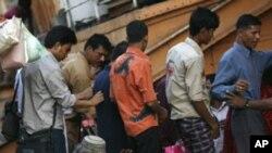 Un handicapé à bord d'un bateau à Dhaka, au Bangladesh