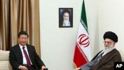 Pemimpin Tertinggi Iran Ayatollah Ali Khamenei (kanan) dan Presiden China Xi Jinping di Teheran, Iran, 23 Januari 2016.