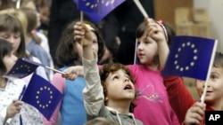 Anak-anak sekolah Bosnia merayakan hari Eropa dengan mengibarkan bendera Uni Eropa di Sarajevo (foto: ilustrasi).
