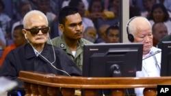 Nuon Čia, levo i Kiu Samfan slušaju presudu u sudu u Pnom Penu, Kambodži 23. novembar 2016.