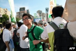 民主党纠察队组成人链保护本党游行队伍