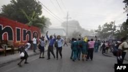 太子港地震后街头人群