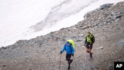 Quelques randonneurs sur les Alpes en Suisse, 8 juillet 2017.